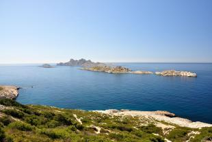 The entrance path to the calanque de Marseilleveyre gives an outstanding viewpoint on the islands